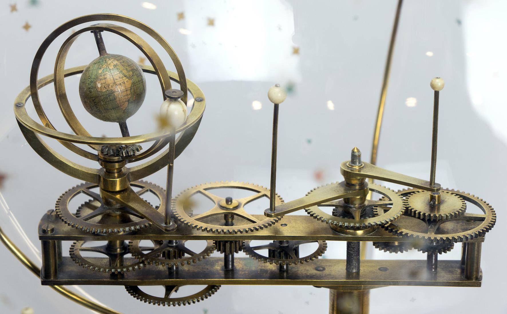 Dos gabinetes de ciencias dos institutos históricos aos clubs de ciencia e o STEMbach